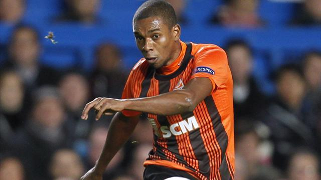 Premier League - Fernandinho pays to seal City move