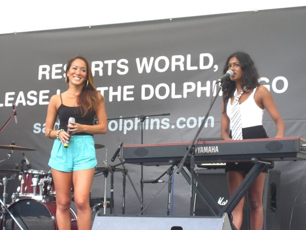Local solo acts Alicia Pan (left) and Michaela Therese (right) singing a special song dedicated to the captive dolphins. (Yahoo! photo/Jeanette Tan)