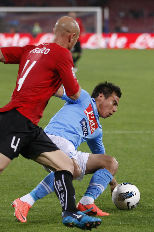 SSC Napoli's Chilean Forward Eduardo Vargas (R) Vies AFP/Getty Images