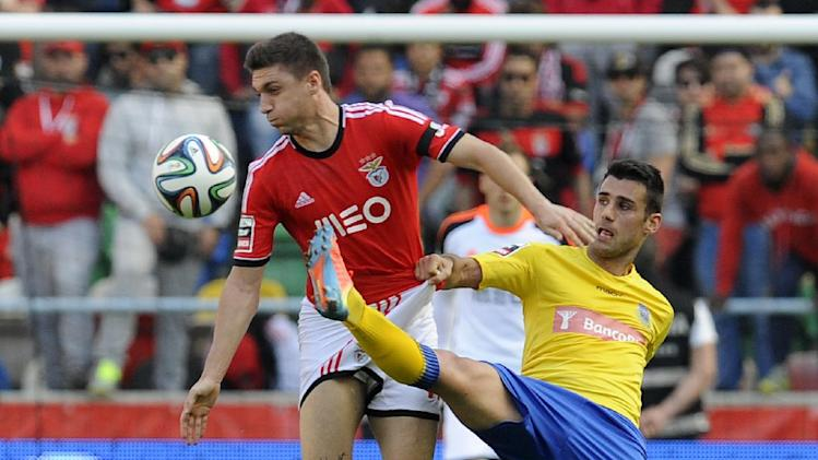 Benfica's Guilherme Siqueira, from Brazil, challenges Arouca's Roberto Rodrigo, right, during their Portuguese League soccer match at the Municipal Stadium in Aveiro, Portugal, Sunday, April 13, 2014. Benfica won 2-0 and leads the championship
