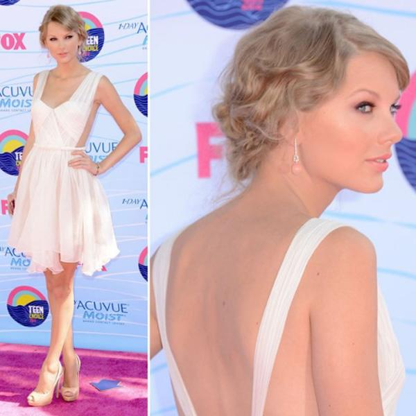 Taylor Swift stunned the crowed upon arrival at the 2012 Teen choice Awards in a short, white Maria Lucia Hoan dress with a cutout back that showed off her mile-long gams. The 22-year-old songstress w