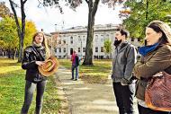 學生導賞員 Lea 的講解很詳細,包括哈佛的歷史、秘史及趣聞。(劉景茵攝)