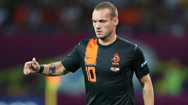 World Cup - Sneijder hurt as Dutch stay perfect
