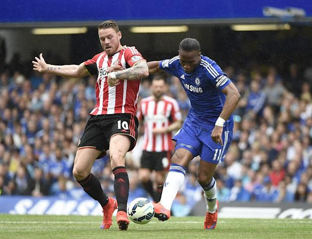 . London (United Kingdom), 24/05/2015.- Chelsea's Didier Drogba (R) vies for the ball against Sunderland Connor Wickham (L) during their English Premier League soccer match between Chelsea and Sun