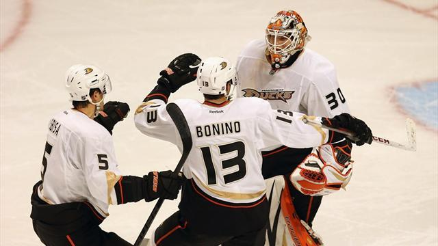 Ice Hockey - Ducks nip Chicago in shoot-out as Fasth stays perfect