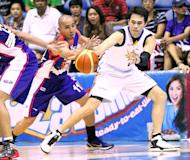 Air21's Mike Cortez and TNT's Larry Fonacier go after the ball. (PBA Images)