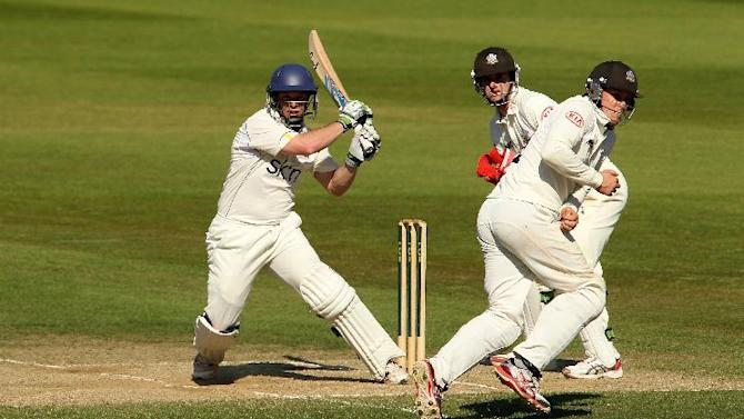 Warwickshire's Tim Ambrose powered his way to 122 not out at lunch