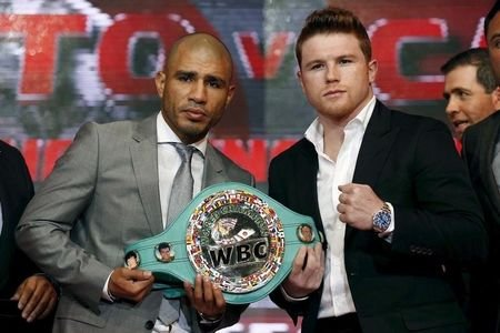 """Boxers Miguel Cotto of Puerto Rico (L) and Saul """"Canelo"""" Alvarez of Mexico pose at a news conference in Mexico City, August 25, 2015. REUTERS/Edgard Garrido"""