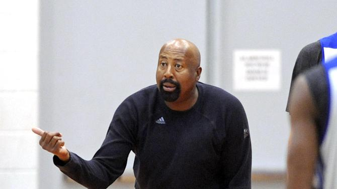 New York Knicks coach Mike Woodson, talks to his players during NBA basketball training camp Tuesday, Oct. 1, 2013, in Greenburgh, N.Y
