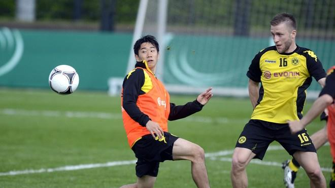 Dortmund's Japanese Forward Shinji Kagawa (L) And Dortmund's Polish Midfielder Jakub Blaszczykowski (R) Play The Ball   AFP/Getty Images