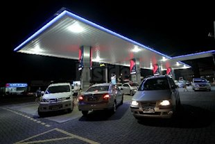This was the scene at most petrol stations in the country last night as motorists rushed to fill up after the government's announcement of the fuel price hike. The Malaysian Insider pic by Afif Abd Halim, September 3, 2013.
