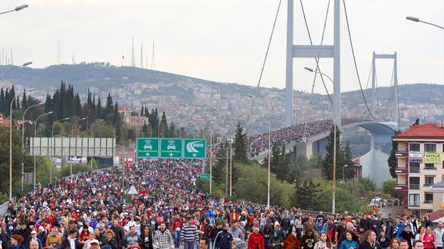 Athletics - Kenyans dominate Istanbul marathon