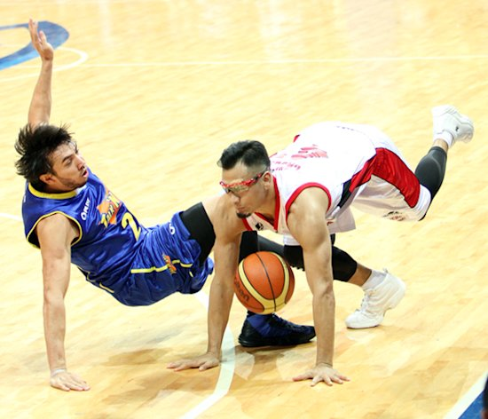 Mark Caguioa and Jared Dillinger fall to the floor. (PBA Images)
