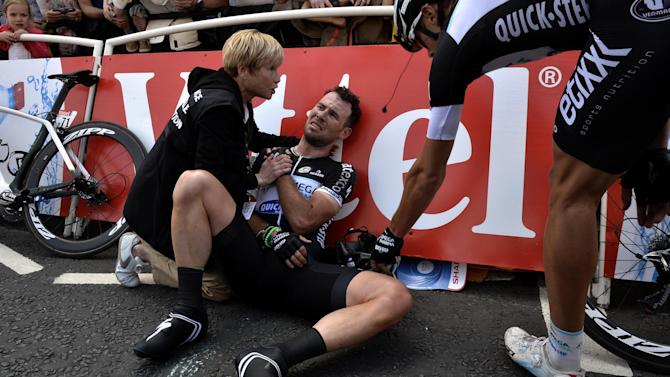Tour de France - Cavendish dislocates shoulder, escapes broken collarbone