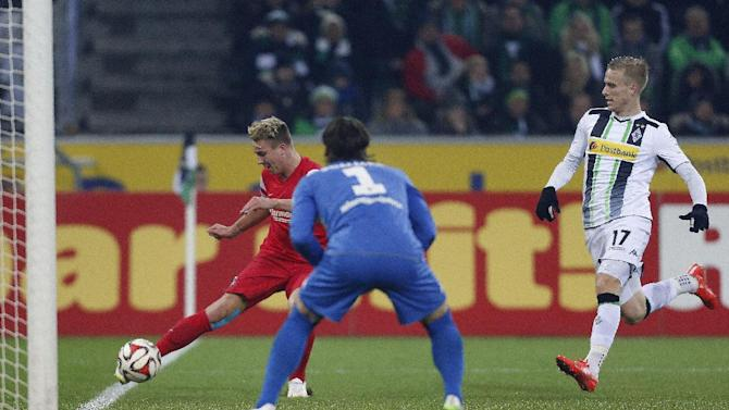 Freiburg's Felix Klaus, left, Moenchengladbach's goalkeeper Yann Sommer from Switzerland and Moenchengladbach's Oscar Wendt from Sweden challenge for the ball during the German first division Bundesliga soccer match between Borussia Moenchengladbach and SC Freiburg in Moenchengladbach, Germany, Tuesday, Feb. 3, 2015