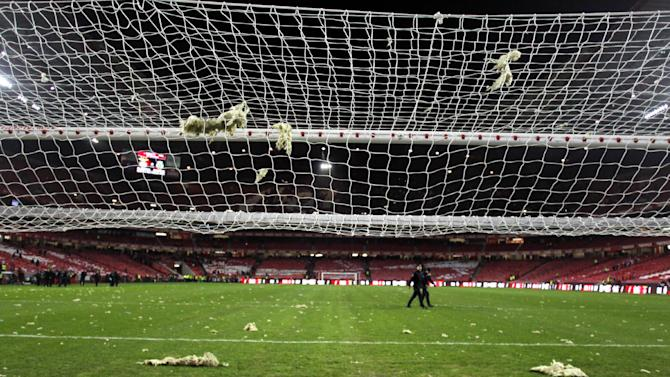 Heavy winds force pieces off Lisbon stadium roof