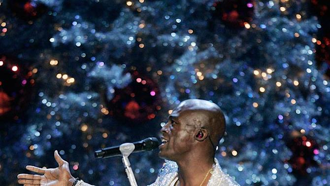Seal performs at the 2007 Victoria's Secret Fashion Show.