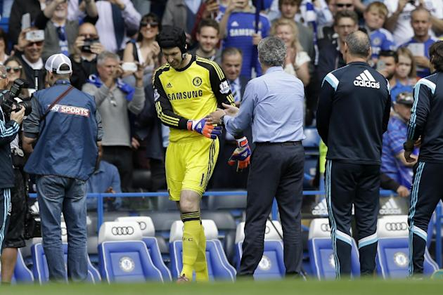 Chelsea's goalkeeper Petr Cech, center left, shakes hands with head coach Jose Mourinho before the English Premier League soccer match between Chelsea and Sunderland at Stamford Bridge stadium in