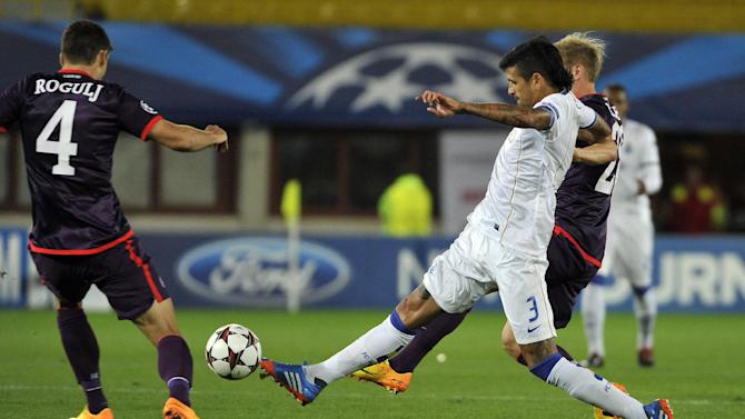 Austria's Kaja Rogulj, left, Daniel Royer, right, and Porto's Lucho Gonzalez challenge for the ball during their Champions League first round group G soccer match between FK Austria Wien and FC Porto, in Vienna, Austria, Wednesday, Sept. 18, 2013