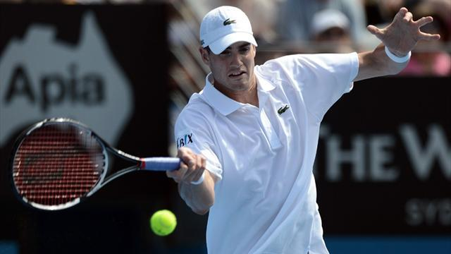 Tennis - Isner moves through in Houston
