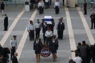 Members of the Knesset guard carry the flag draped coffin of former Israeli prime minister Ariel Sharon as he is laid in state at the Knesset, Israel's parliament, in Jerusalem January 12, 2014. REUTERS/Darren Whiteside