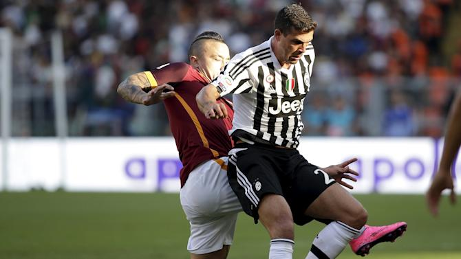 AS Roma's Nainggolan and Juventus' Sturaro fight for the ball during their Serie A soccer match at Olympic stadium in Rome