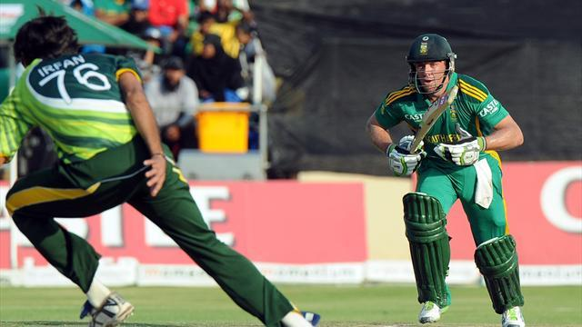 Cricket - De Villiers rides luck to steer South Africa to series win