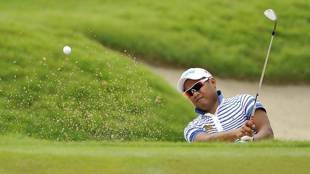 Golf - Chapchai maintains lead in stormy Singapore