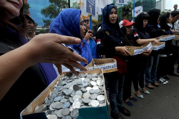 JAKARTA, Feb. 27, 2015 (Xinhua) -- Indonesian women collect coins during a rally at the Australian Embassy in Jakarta, Indonesia, Feb. 27, 2015. Indonesians were mobilized in record numbers to collect