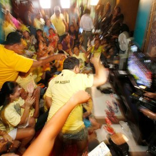 Frenzy in the Pinoy living room after Pacquiao wins over Mosley. (AP Photo)