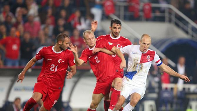 Turkey's Omer Toprak, left and Semih Kaya, center fight for the ball with Arjen Robben of Netherlands, right, during their World Cup Group D qualifying soccer match at Sukru Saracoglu Stadium in Istanbul, Turkey,  Tuesday, Oct. 15, 2013. (AP Photo)