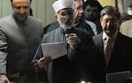 Pakistani Muslim cleric Tahir-ul Qadri (C) addresses a protest rally in Islamabad on January 17, 2013. Qadri called off a mass protest in Islamabad, averting a major political crisis and reaching a deal with the government that paves the way for elections within months