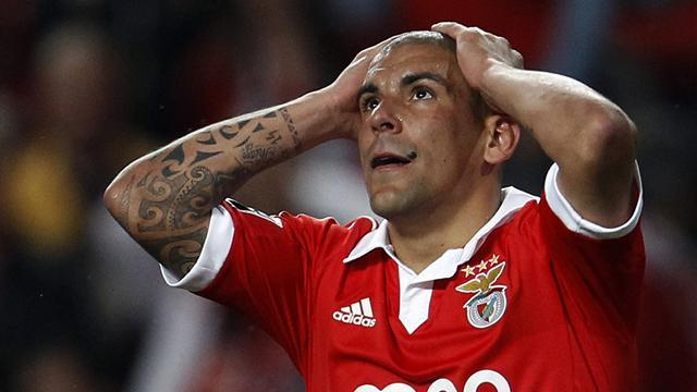 European Football - Benfica slip lets Porto close in