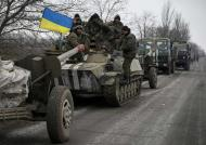 A convoy of Ukrainian armed forces including armoured personnel carriers, military vehicles and cannons prepare to move as they pull back from the Debaltseve region, in Paraskoviyvka, eastern Ukraine, February 26, 2015. Ukrainian troops towed artillery away from the front line in the east on Thursday, a move that amounted to recognising that a ceasefire meant to take effect on Feb. 15 was holding at last. REUTERS/Gleb Garanich (UKRAINE - Tags: POLITICS CIVIL UNREST MILITARY CONFLICT)
