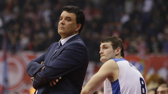 Anadolou Efes' coach Vangelis Angelou of Greece and Birkan Batuk watch the last seconds of their Euroleague basketball match of Top 16 against Olympiakos in the port of Piraeus, near Athens, Thursday, Feb. 13, 2014. Olympiakos won 78-60