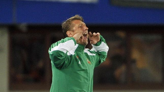 Rapid's head coach Zoran Barisic reacts during their Europa League second round group G soccer match between SK Rapid Wien and FC Dynamo Kiev, in Vienna, Austria, Thursday, Oct. 3, 2013