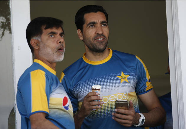 Pakistan's Umar Gul (R) during nets