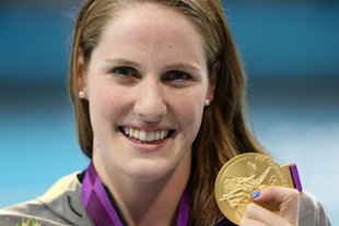 Missy Franklin with her gold medal (Getty Images)