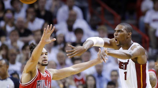 Basketball - Heat respond to loss with statement win over Bulls
