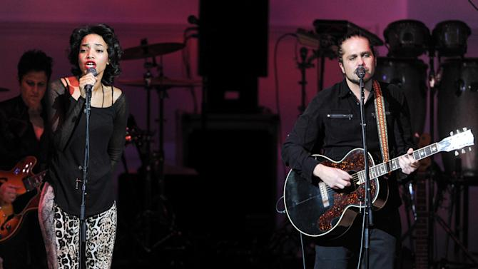"""Singer Alice Smith and musician Citizen Cope perform together at """"The Music of Prince"""" tribute concert at Carnegie Hall on Thursday March 7, 2013 in New York. (Photo by Evan Agostini/Invision/AP)"""