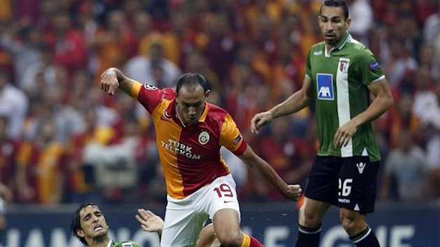 Galatasaray's Umut Bulut (C) fights for the ball with Braga's Custodio (L) and Paulo Vincius (R) during their Champions League Group H soccer match at Turk Telekom Arena in Istanbul October 2, 2012