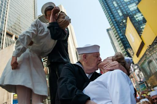 Os veteranos Ray e Ellie Williams recriam o icônico beijo na Times Square, em Nova York, no dia 14 de agosto de 2015