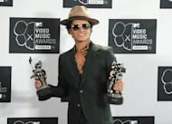 Bruno Mars posa para una foto de archivo el 25 de agosto del 2013, en un escenario después de la ceremonia de premios de MTV Video Music. Mars anunció el sábado 11 de enero del 2014, que cantará con Red Hot Chili Peppers ell grupo consagrado en el Salón de los Famosos del Rock and Roll, durante su espectáculo en el intermedio del juego del Super Bowl el próximo mes. (Photo by Evan Agostini/Invision/AP)
