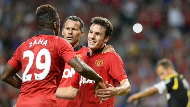 Premier League - Henriquez rescues draw for Manchester United