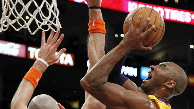 NBA - Lakers romp to entertaining win