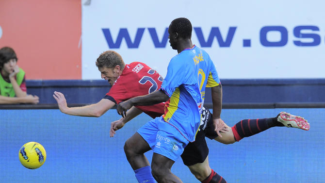 Levante's Arouna Kone from France, right, duels for the ball in front of Osasuna's Sergio during their Spanish La Liga soccer match, at Reyno de Navarra stadium in Pamplona, northern Spain, Sunday Oct. 30, 2011. (AP Photo/Alvaro Barrientos)