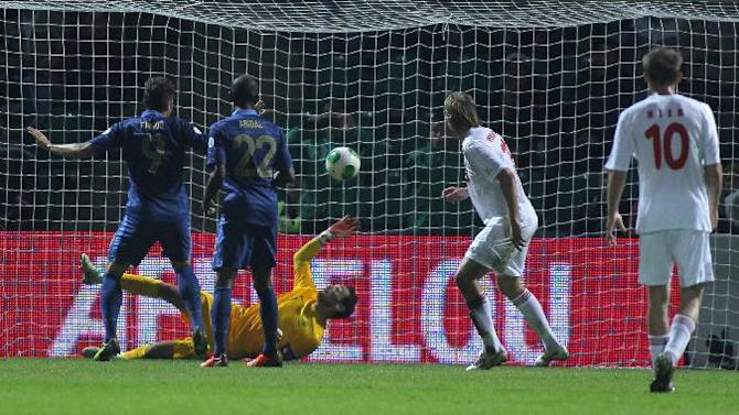 France's goalkeeper Hugo Lloris, center, fails to stop Belarus' Egor Filipenko, not seen, from scoring during their World Cup Group I, qualifying soccer match in Gomel, Belarus, Tuesday, Sept. 10, 2013