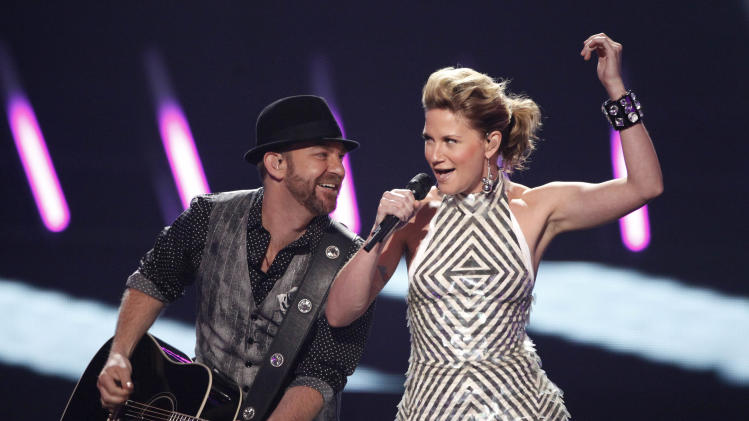 "FILE - In this June 16, 2009 file photo, Jennifer Nettles, right, and Kristian Bush of the band ""Sugarland"" perform at the CMT Music Awards in Nashville, Tenn. (AP Photo/Mark Humphrey, file)"