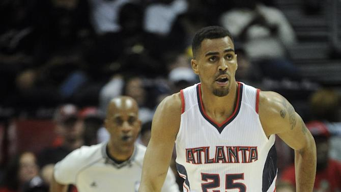 FILE - In this photo from Saturday, April 4, 2015, Atlanta Hawks forward Thabo Sefolosha plays during an NBA basketball game in Atlanta. Sefolosha plans to fight charges he blocked officers from setting up a crime scene following the stabbing of Indiana Pacers' Chris Copeland outside a trendy Manhattan nightclub in April. (AP Photo/John Amis, File)