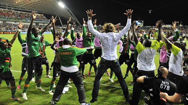 GABON, Libreville : Zambia national team players celebrate their victory with team coach Herve Renard (C) at the end of the African Cup of Nations final football match between Zambia and Ivory Coast on February 12, 2012, at the Stade de l'Amitie in Librev